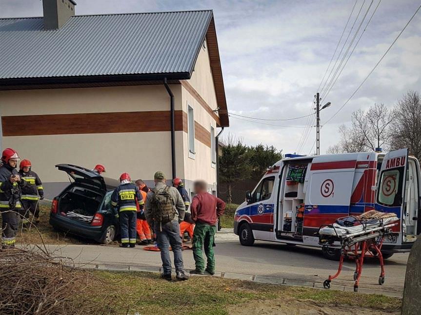 Wypadek w Głowience. Samochód uderzył w ścianę domu
