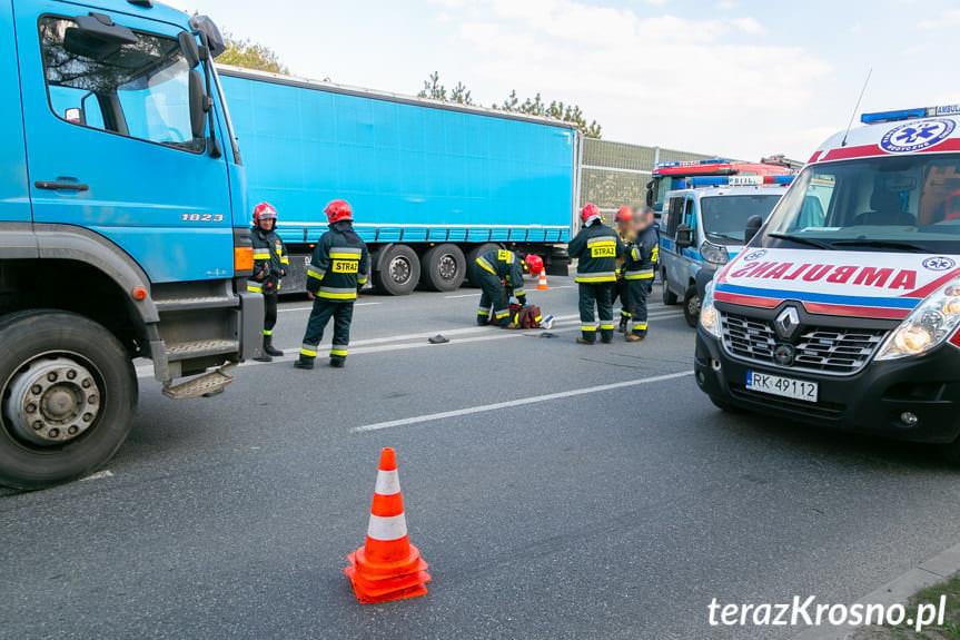 Wypadek w Krośnie. Pieszy wtargnął na jezdnie wprost pod samochód ciężarowy